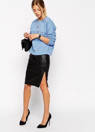 Короткая кожаная юбка с разрезом