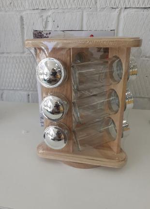 Набор для специй на деревянной подставке.