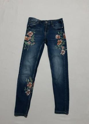 Шикарнейшие джинсы в цветах  тянутся, заужены внизу