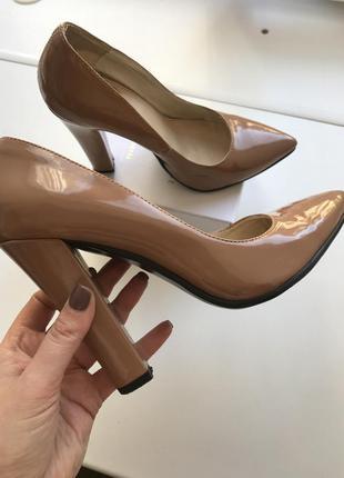 Лодочки бежевого цвета nude на устойчивом каблуке