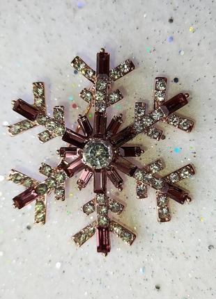Новогодняя брошь снежинка со стразами-багетами - утонченный подарок на новый год7 фото