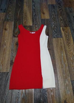 Летнее платье красно-белого цвета.