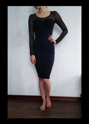 Маленькое чёрное платье с длинным рукавом.