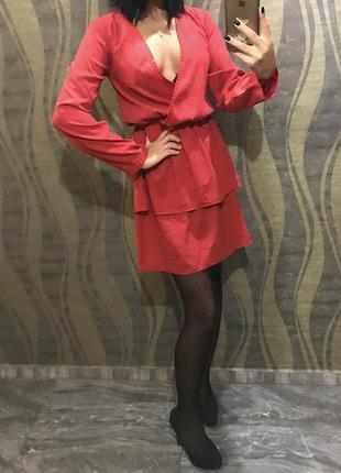 Платье красное с декольте короткое нарядное , длинный рукав