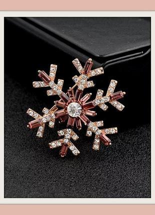 Новогодняя брошь снежинка со стразами-багетами - утонченный подарок на новый год