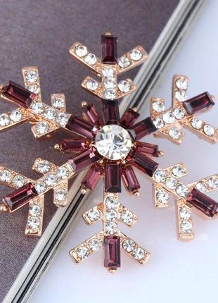 Новогодняя брошь снежинка со стразами-багетами - утонченный подарок на новый год3 фото