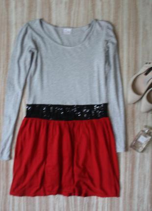 Платье с красной юбкой