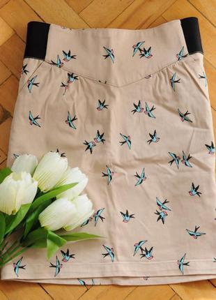 Стильная мини юбка пудрового цвета в актуальный принт птички!