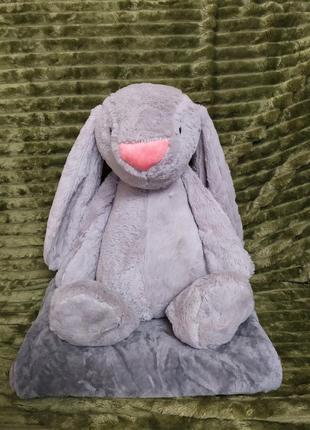 Пушистая игрушка-подушка, внутри которой мягкий плед.