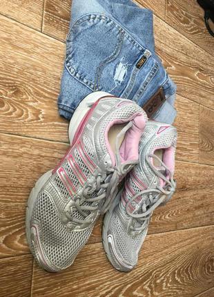 Дышащие кроссовки серого цвета