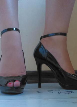 Черные лаковые туфли на каблуке