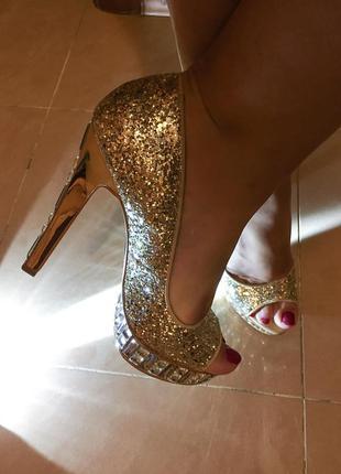 Яркие блестящие туфли