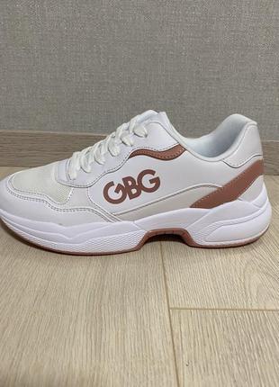 Бело-розовые кроссовки