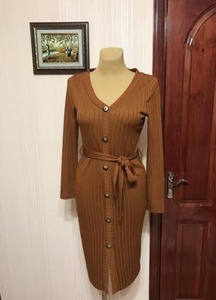 Стильное миди-платье карамельного цвета