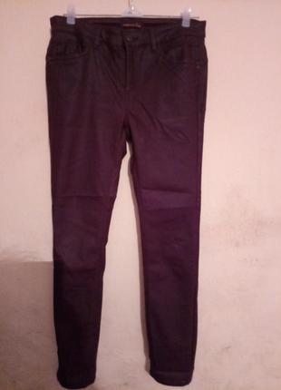 Бордовые джинсы с покрытием под кожу