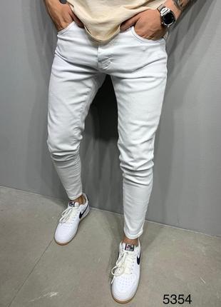 Джинсы белого цвета. стильные. топ качество.
