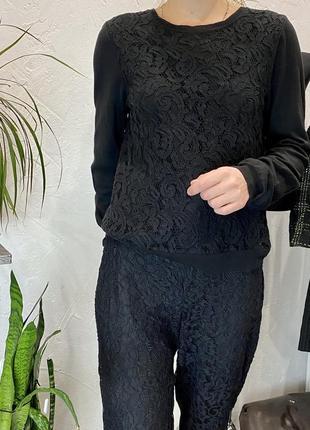 Чёрная кофточка с кружевной вставкой спереди
