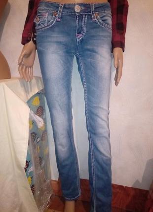 Красивые светлые джинсы