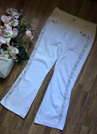 Белые джинсы с вышивкой бисером