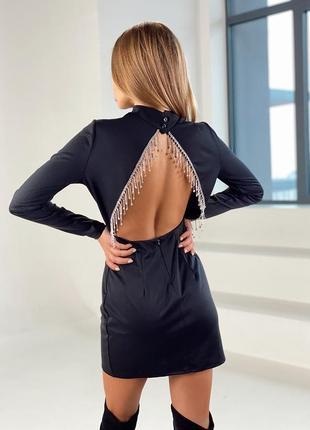 Эффектное мини платье с открытой спиной декорированное бахромой со стразами камнями