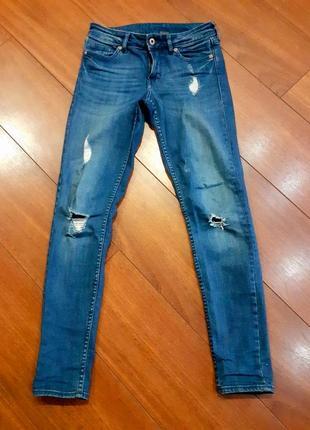 Стрейчевые джинсы в дырках потертостях