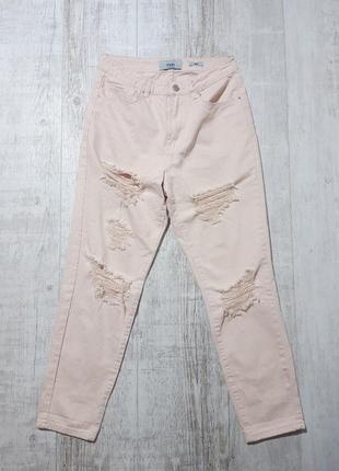 Персиковые джинсы мом с рваностями new look
