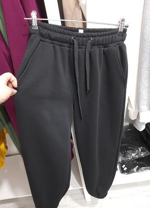 Теплые джогеры на флисе. спортивные штаны