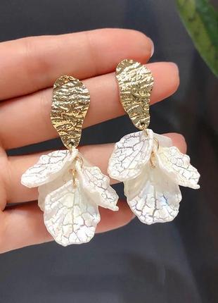 Нежные серьги подвески белые золотистые цветок сережки винтаж кульчики