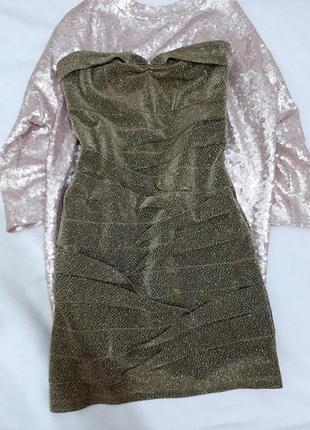 Нарядное короткое мини платье с люрексовой нитью и открытыми плечами по фигуре