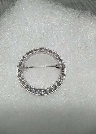 Брошь венок в серебряном цвете с кристаллами диаметр 2.5см