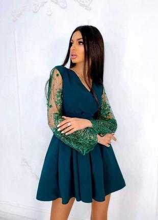 Милое платье  с расклешенными кружевными рукавами