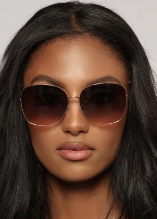 Базовые солнцезащитные очки в золотой золотистой оправе с розовым стеклом