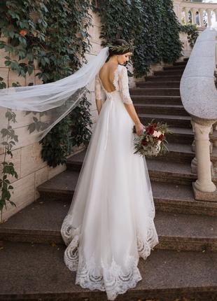 Свадебное платье, открытая спинка, кружевной верх, шлейф