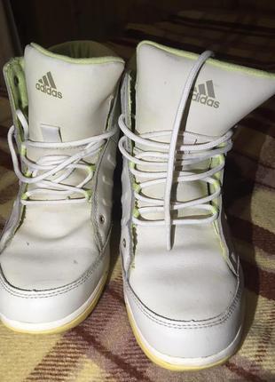 Кросовки зимние или осень холодная.