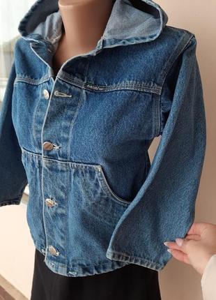 Укороченная джинсовка с капюшеном