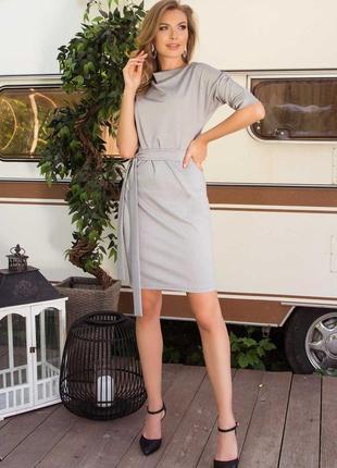 Трикотажное платье  с цельнокроеным рукавом на манжете.