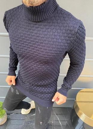 Свитер фиолетового цвета с рельефным узором.