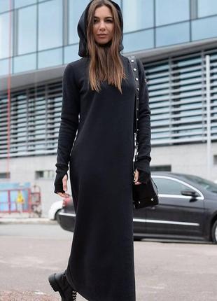 Тёплое платье с капюшоном длины макси