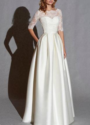 Элегантное закрытое свадебное платье атласное с кружевом и рукавом