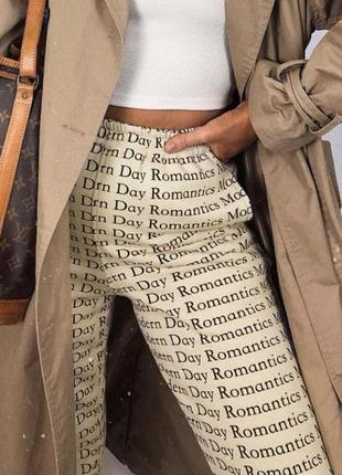 Бежевые штаны с принтом талия на резинке джоггеры джогеры