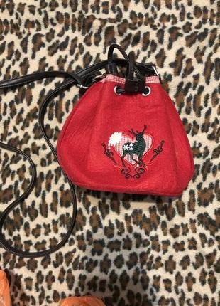 Фетровая сумочка красного цвета с оленем