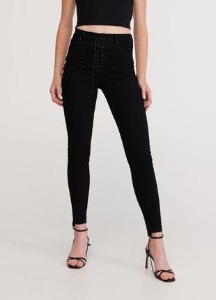 Черные джинсы reserved с оригинальной шнуровкой