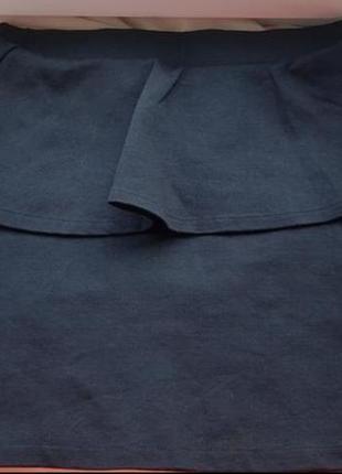 Брендовая базовая узкая трикотажная черная мини юбка zara с баской