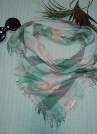 Красивый платок в пастельных тонах