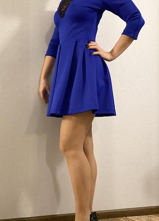 Платье синего цвета с ажурным декольте