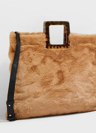 Стильная необычная меховая сумка с внутренним органайзером и длинной ручкой от topshop