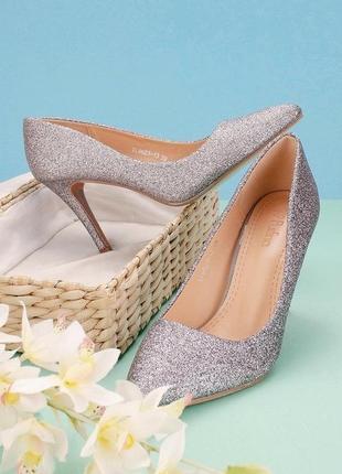 Блестящие серебристые туфли лодочки на каблуке шпильке с острым носом