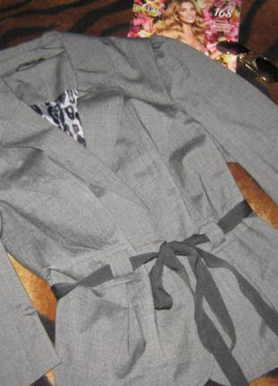 Стильный серый пиджак с пояском и красивыми плечами/укороченный рукав