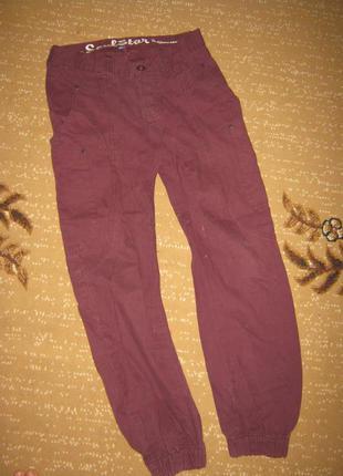 Модные фиолетовые джинсы-бойфренды с мотней