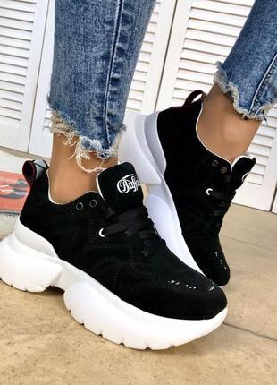 Черные замшевые кроссовки на белой подошве